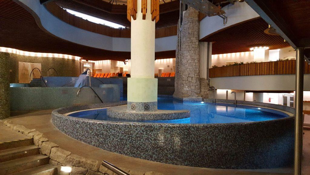 Mendan Hotel medencéi