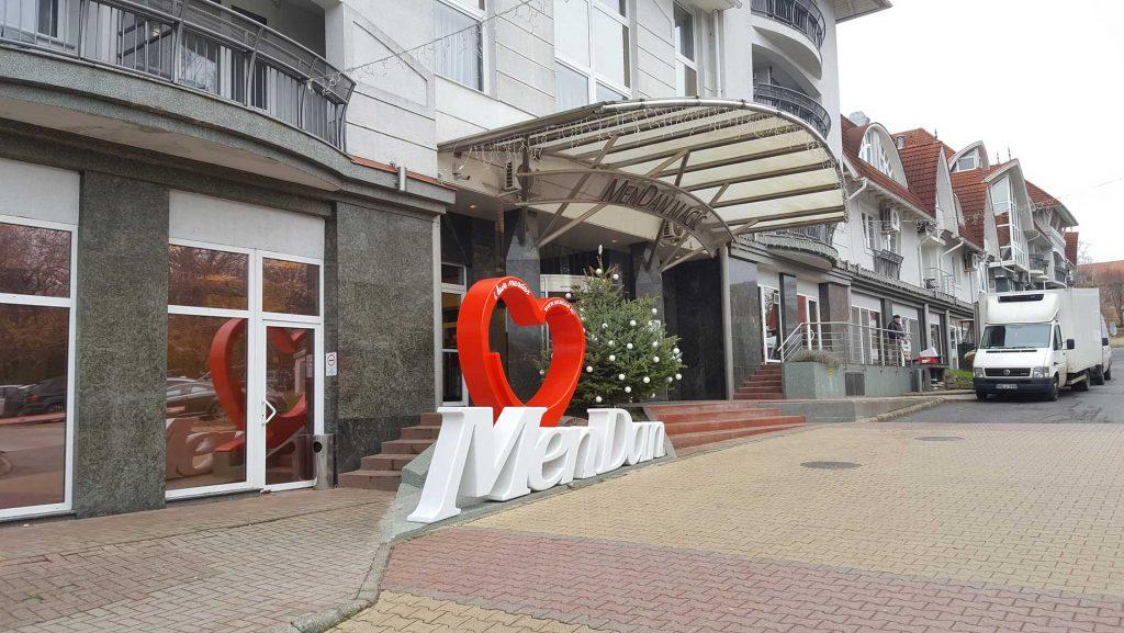 Hotel Mendan bejárata