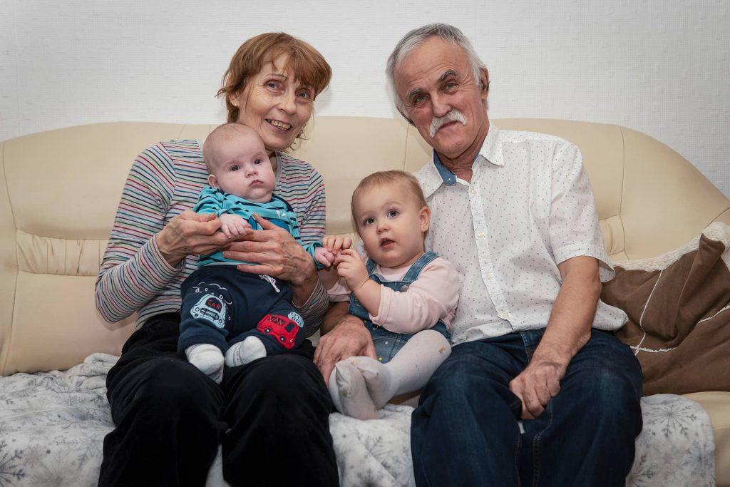 Apu és anyu az unokákkal