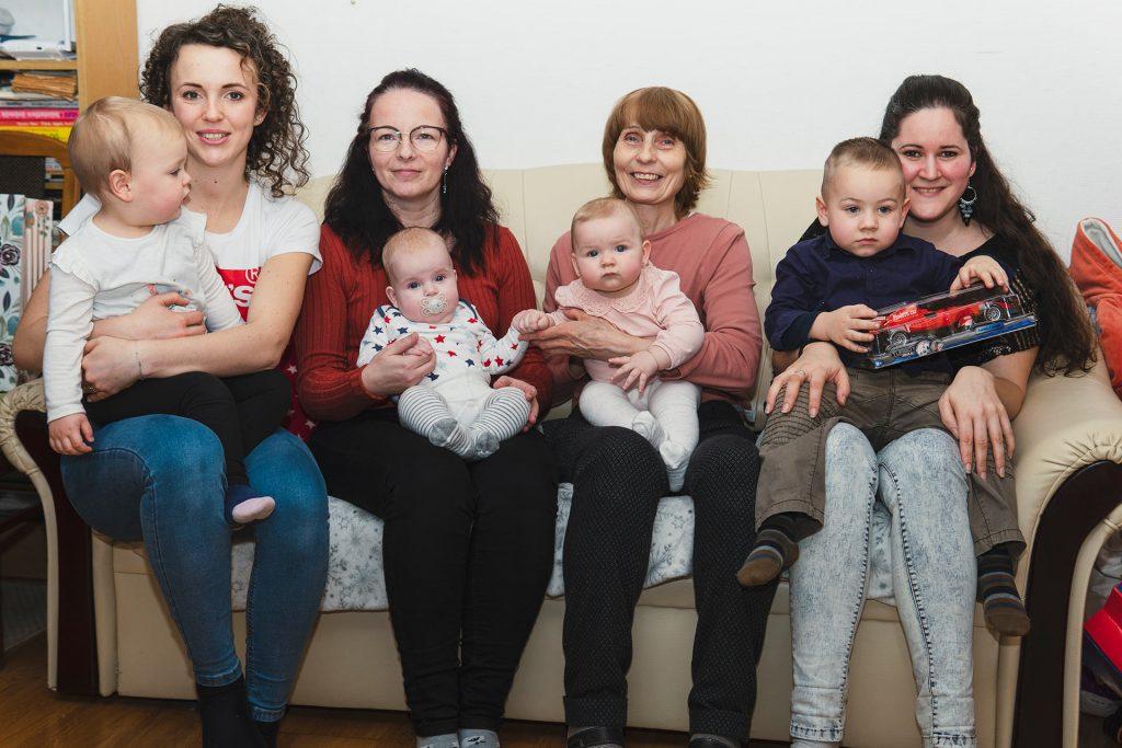 babák a szüleikkel és anyu