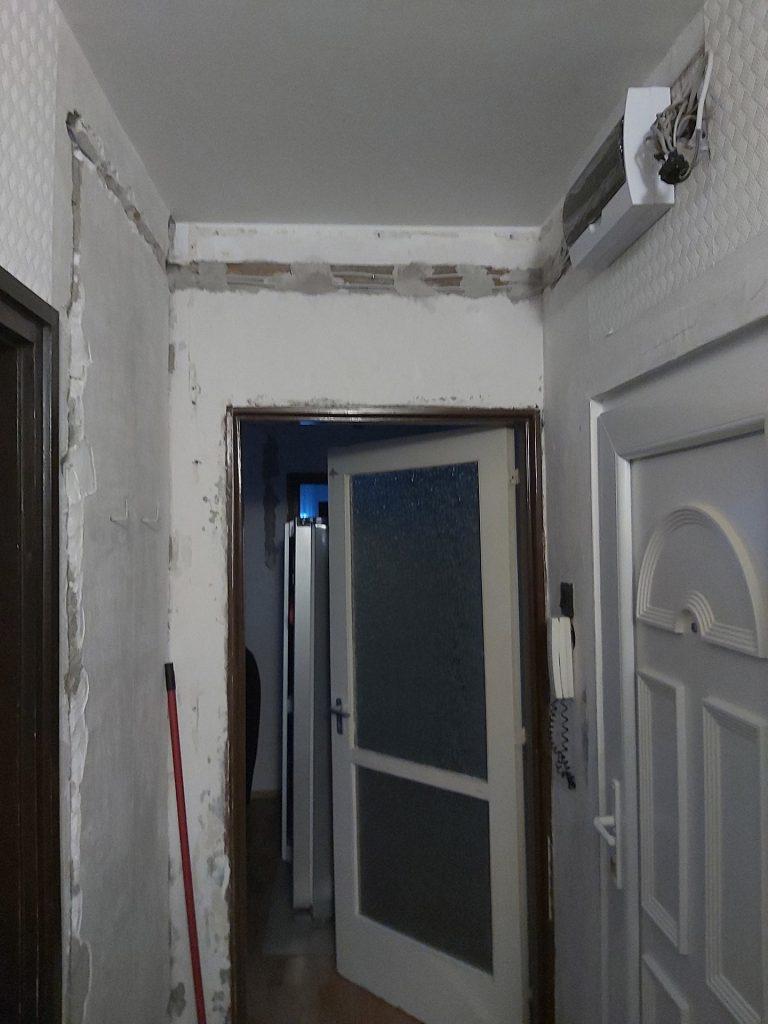 Fő utca lakás felújítása - villamos vezeték cseréje az előszobában