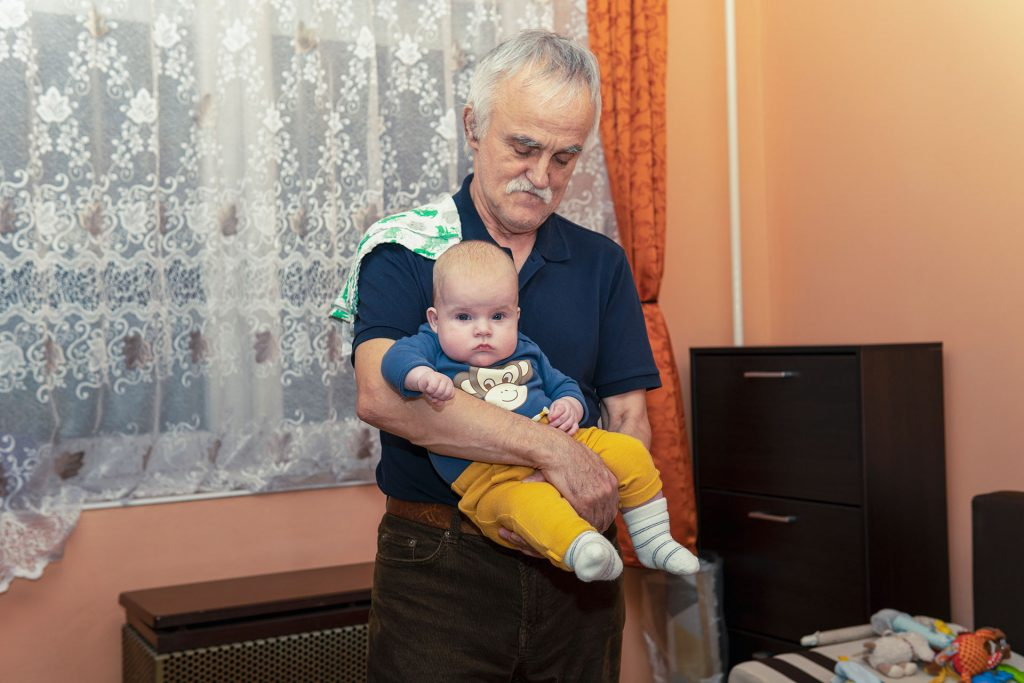 Jól lakott Biró Dániel a papa kezében
