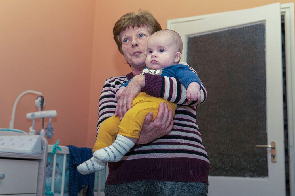 Jól lakott Biró Dániel a Kati mama kezében
