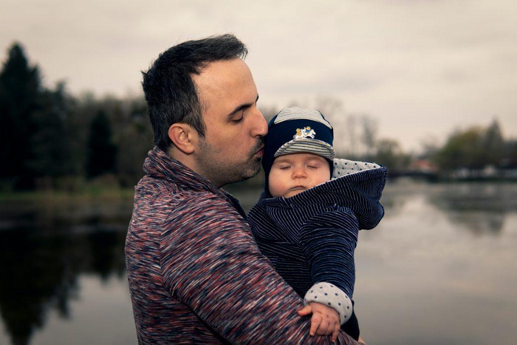 Dani apával fotózkodik az ajkai Csónakázó tónál
