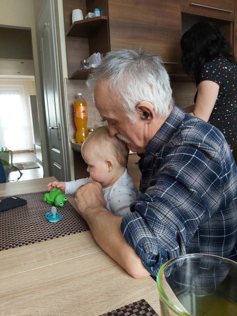 Papa és Dani játszik az asztalnál