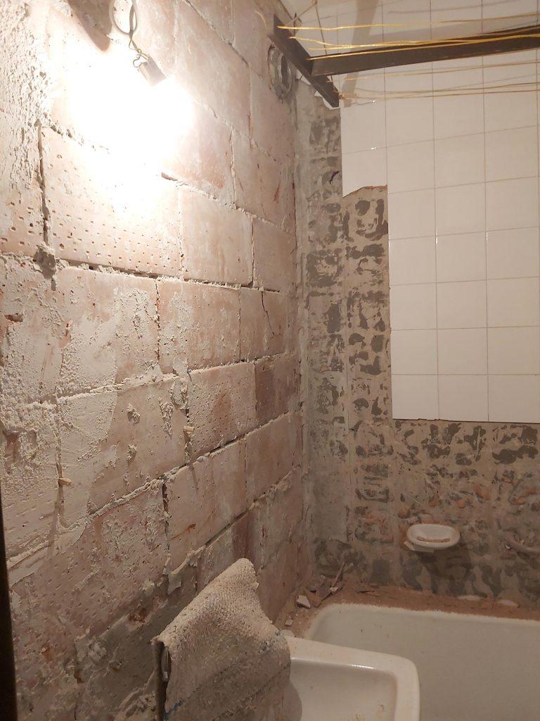 Fő utcai lakásfelújítás 3.rész - csempe levésése a fürdőszobában