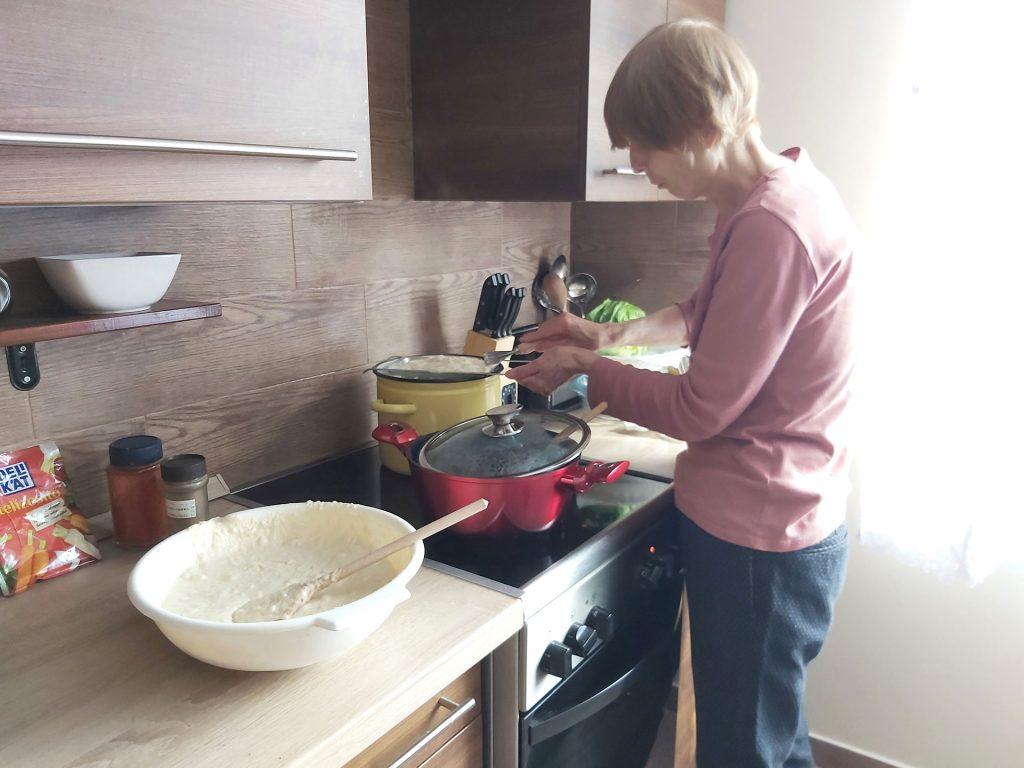 Mama készíti az ebédet
