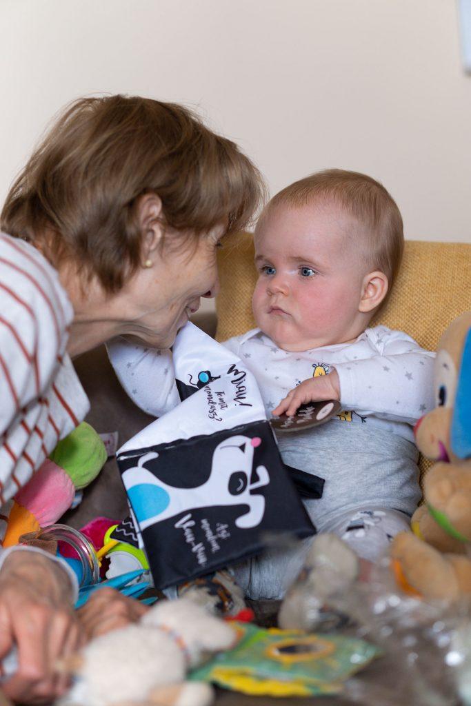 Dani és a mama könyvolvasás közben