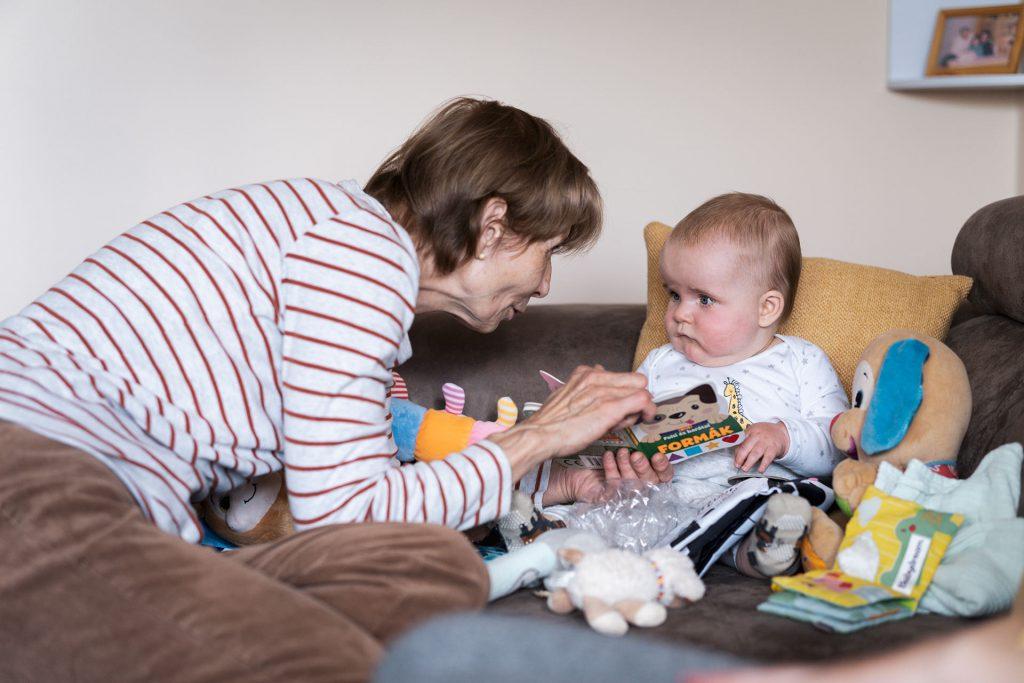 Mama ad egy fekete-fehér könyvet a Danikának ajándékba