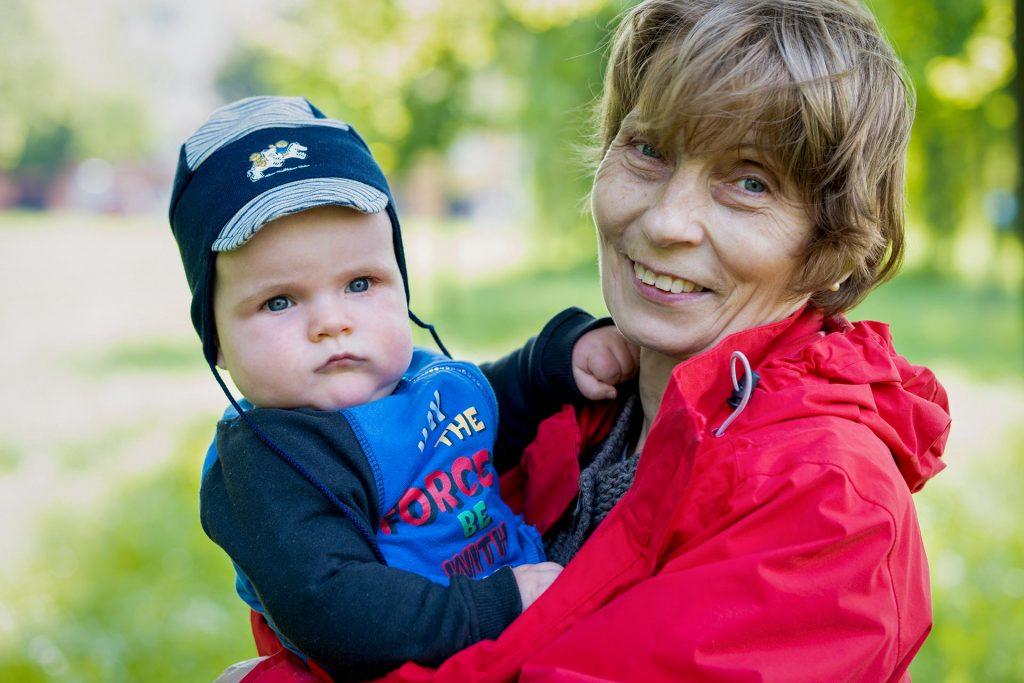 Danika és Ili mama pózol a Csónakázó tónál